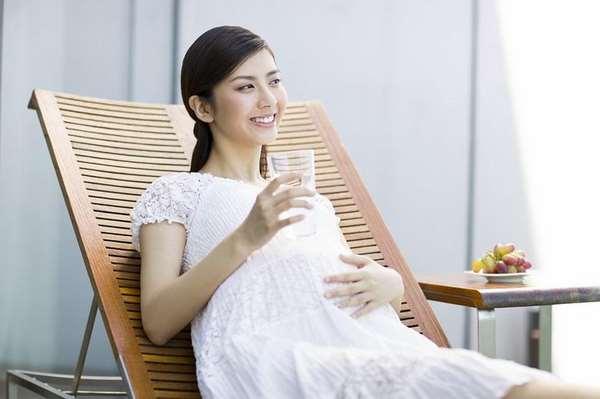 Uống đủ nước giúp làm sao để không bị rạn da khi mang thai