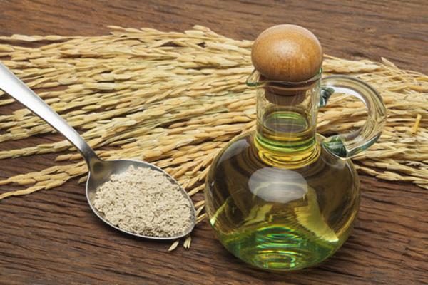 Trị thâm mụn bằng dầu dừa và cám gạo