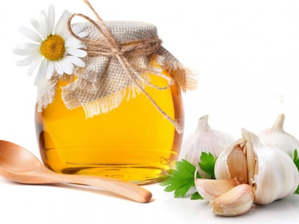 Công thức trị mụn theo dân gian bằng tỏi và mật ong