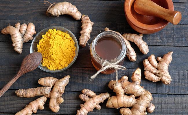 Công dụng trị mụn của tinh bột nghệ và mật ong