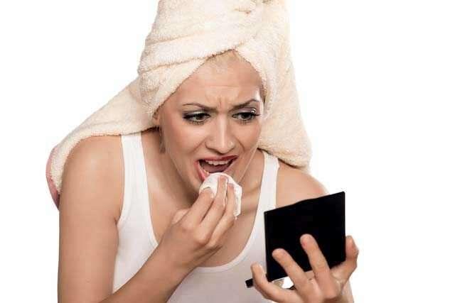 người phụ nữ kiểm tra đôi môi
