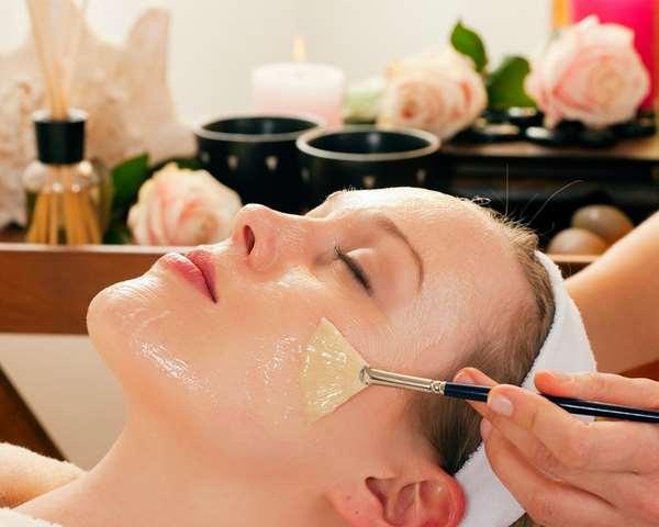 Đắp mặt nạ là cách sử dụng dầu dừa cho da mặt