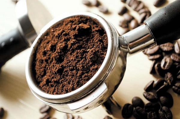 tẩy tế bào chết bằng bã cà phê