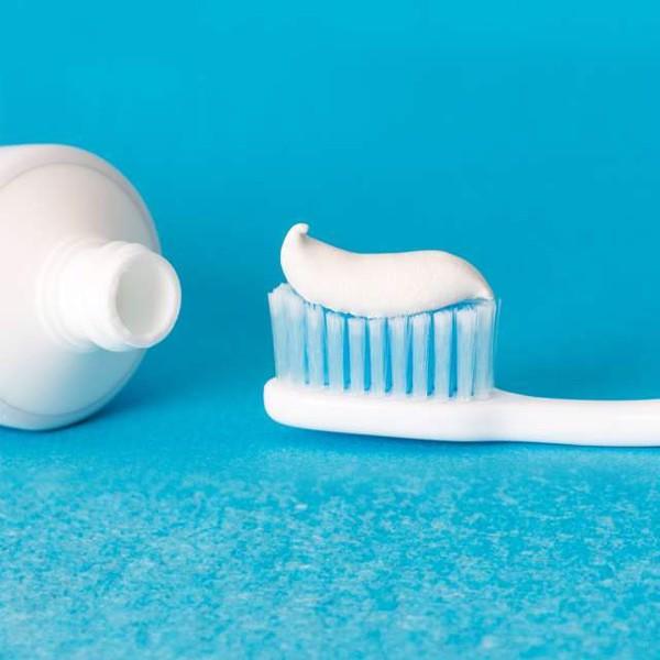 Có nên trị mụn bọc bằng kem đánh răng không?