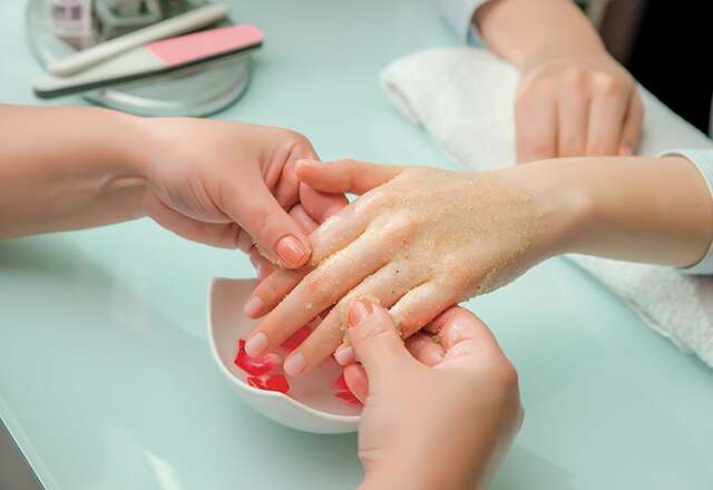 người phụ nữ móng tay