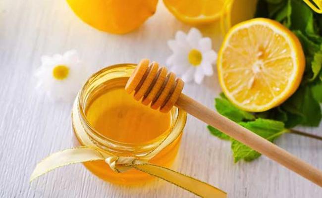 Trị mụn bằng mật ong và chanh tươi