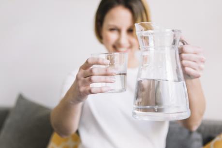 Uống quá nhiều nước là nguyên nhân gây tiểu đêm