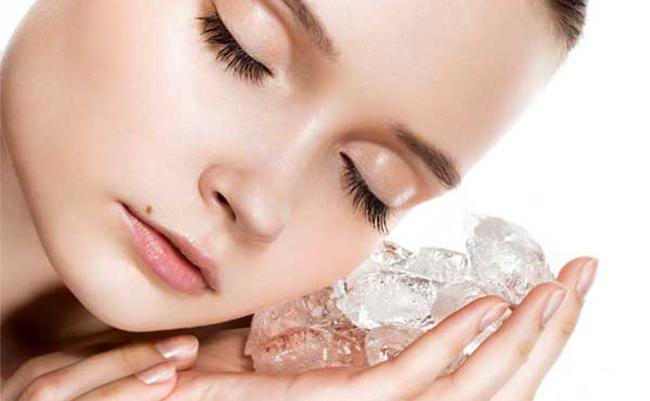 Trị mụn bằng nước đá giúp se khít lỗ chân lông