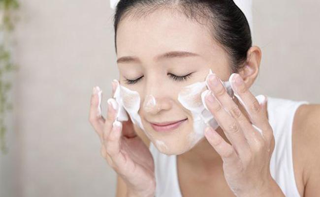 Vệ sinh da mặt không đúng cách sẽ khiến mụn mọc quanh miệng và cằm