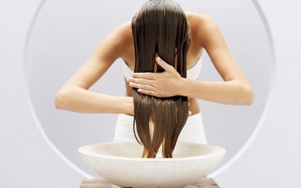 Sử dụng dầu dừa để gội đầu là cách giúp tóc dài nhanh đơn giản và được áp dụng phổ biến nhất