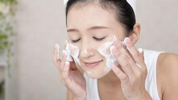 Làm sạch mặt-cách chăm sóc da mặt nhờn và lỗ chân lông to